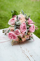 Festlicher Strauß mit Rosen, Maiglöckchen, Wollziest und Purpurglöckchen