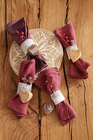 Linen napkins with napkin rings and names on wooden hearts