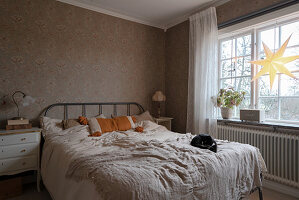 Granny-chic bedroom decorated in beige