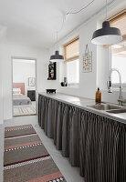 Schwarz-weiß gestreifte Vorhänge an der Küchenzeile