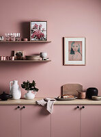 Regale überm Sideboard in wohnlicher Küche ganz in Altrosa