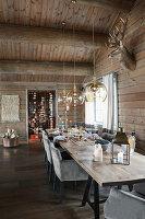 Gedeckter Tisch im Esszimmer im eleganten Blockhaus
