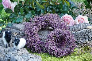 Kränze aus Besenheide, Rosenblüten und Tierfiguren