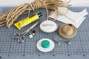 DIY-Haarspangen in Hutform aus Kordeln und Flaschendeckeln selbermachen