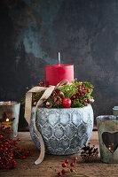 Weihnachtliches Gesteck mit roter Kerze im grauen Blumentopf