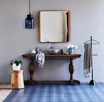 Rustikale Holzkonsole mit Aufsatzwaschbecken im ländlichen Bad