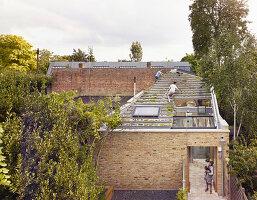 Blick auf das bepflanzte Hausdach