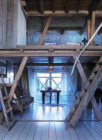 Esszimmer und offener Wohnraum mit Dielenboden im alten Holzhaus