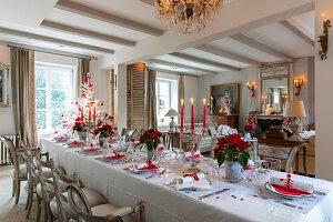 Festlich gedeckter Tisch in Rot und Weiß im eleganten Wohnraum
