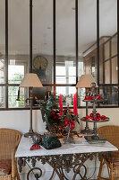 Skulptur, Trödel und Weihnachtsdeko auf dem Tisch vorm Innenfenster