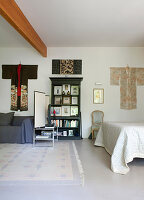 Aufgehängte Kimonos an der Wand im Schlafzimmer