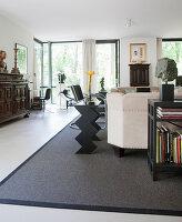 Wohnzimmer mit Designermöbeln, Antiquitäten und Kunstsammlung