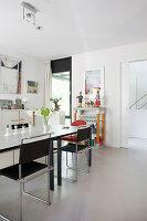 Esszimmer mit modernen Möbeln und weißem Boden