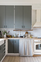 Kitchen with grey cupboard fronts in country style