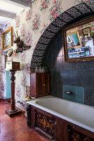 Bathtub in wall niche with round arch