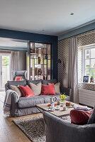 Gegenüberstehende Sofas im Wohnzimmer mit Raumteilerregal