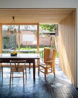 Holzverkleidung überm Essbereich im offenen Wohnraum