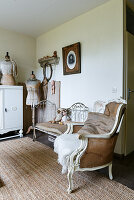 Shabby-chic living room with Baroque armchair and old metal bed