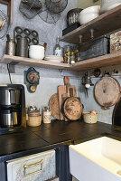 Alte Küchenutensilien auf Regalen in der Küche im Vintage-Stil