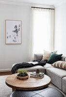 Runder Couchtisch vom Sofa im Wohnzimmer in Naturtönen
