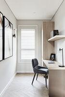 Kleines minimalistisches Arbeitszimmer in Grautönen