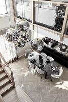 Luxuriöser offener Wohnraum mit Galerie und Kugelleuchten