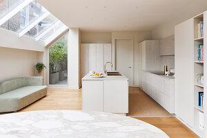 Hell Einbauküche mit Mittelblock, Sofa und Oberlicht