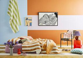 Matratzenbett in hellem, farbenfrohem Zimmer