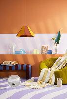 Sitzmöbel vor Sideboard im Zimmer mit lila-weiß gestreiftem Teppich