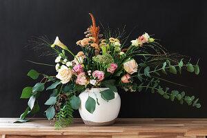 Strauß mit Rosen, Eukalyptus, Chrysanthemen, Amaranth, Nelken, rosa Pfeffer, Kalla und Gräsern