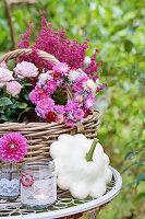 Herbstdekoration mit Rosen, Topferika, Blütenkränzchen, Dahlienblüte und Patisson