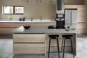 Barhocker an der Kücheninsel mit Kochfeld