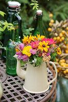 Bunter Sommerblumenstrauß in Kanne