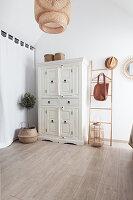 Weißer Kleiderschrank und mediterrane Dekoration im Schlafzimmer