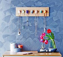 DIY-Schmuck-Organizer aus Holz und Edelsteinen