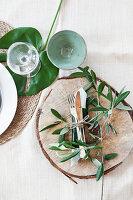 Sommerliches Gedeck mit mediterranem Blattgrün