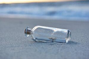 Flaschenpost am Sandstrand