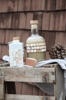 Selbst gemachtes flüssiges Basis-Shampoo in dekorativen Flaschen