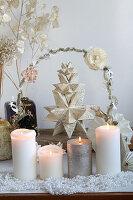 Adventsgesteck mit Bascetta-Stern, selbstgefaltet aus Buchseiten und Kerzen
