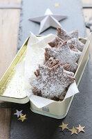 Glutenfreie, selbstgemachte Schokoladensterne mit Puderzucker in Metalldose