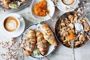 Kaiserschmarrn, gefüllte Croissants und Cappuccino