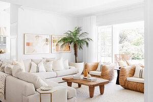 Weiße Polstersofas, Designersessel und Holztisch im Wohnzimmer