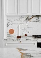 Marmorarbeitsplatte und Spritzschutz in weißer Küche