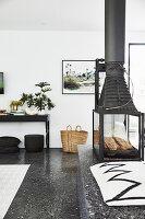 Glas-Kaminofen im Wohnzimmer mit Terrazzoboden