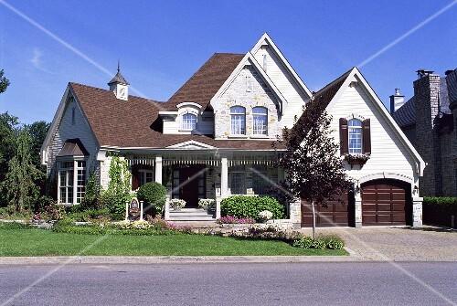 luxuri ses verwinkeltes haus mit veranda im startseite design bilder. Black Bedroom Furniture Sets. Home Design Ideas