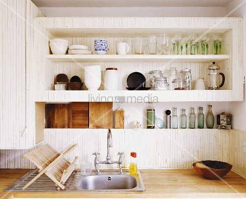 k chenregal ber schlichtem sp lbecken mit abtropfgestell aus holz bild kaufen living4media. Black Bedroom Furniture Sets. Home Design Ideas