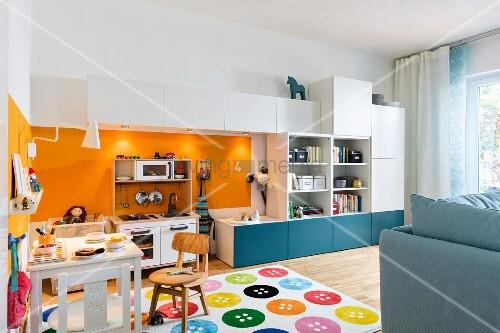 Spielecke im Wohnzimmer – mit Miniküche … – Bild kaufen ...