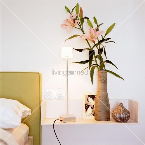 vase mit lilienbl ten moderne bild kaufen 10162385 living4media. Black Bedroom Furniture Sets. Home Design Ideas
