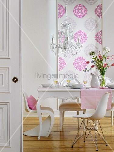 blick in essraum mit gedecktem tisch weissen st hlen im stilmix kronleuchter gemusterter. Black Bedroom Furniture Sets. Home Design Ideas