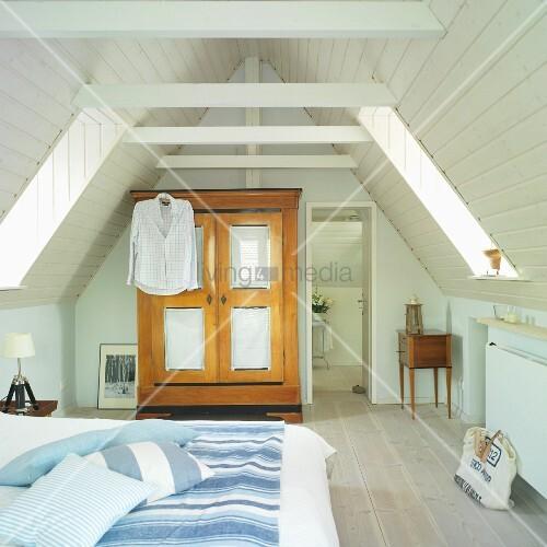 Maritimes Schlafzimmer mit Dachschrägen in einem Siedlungshaus ...
